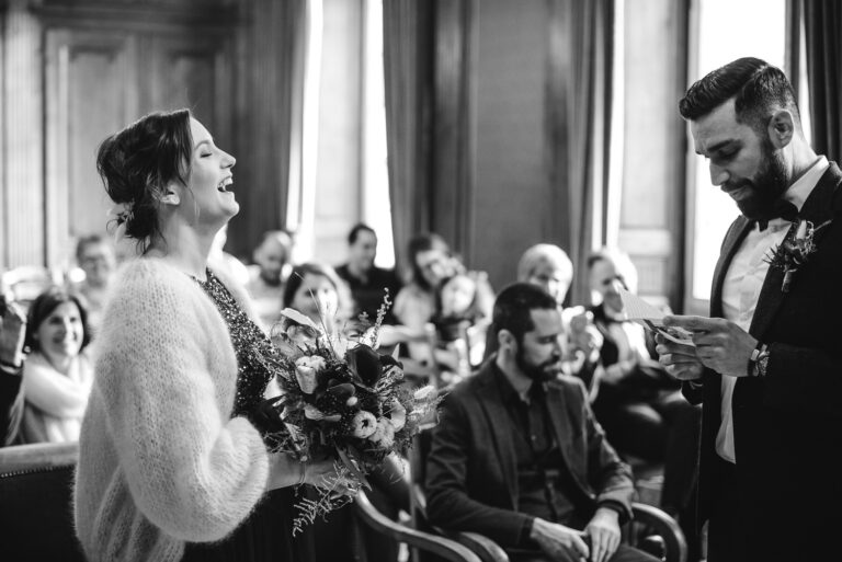 Mariée riant lors de sa cérémonie