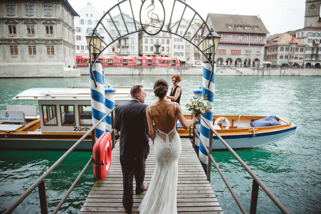 Mariee et son papa sur le ponton de l'hotel Storchen a Zurich