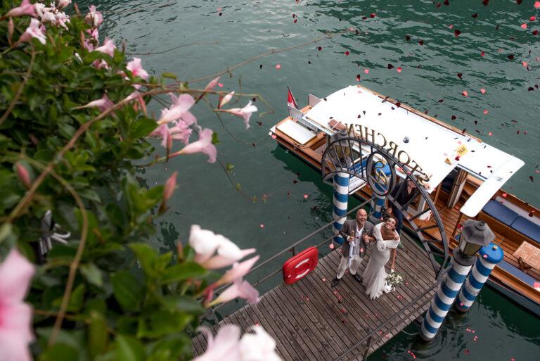 Couple de jeunes mariés marchant sur le ponton de l'Hotel Storchen à Zürich