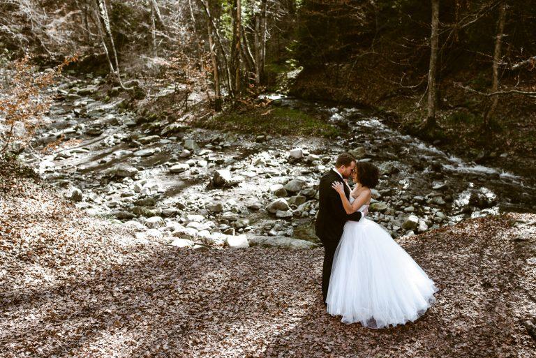 Couple au bord de la riviere enlassé