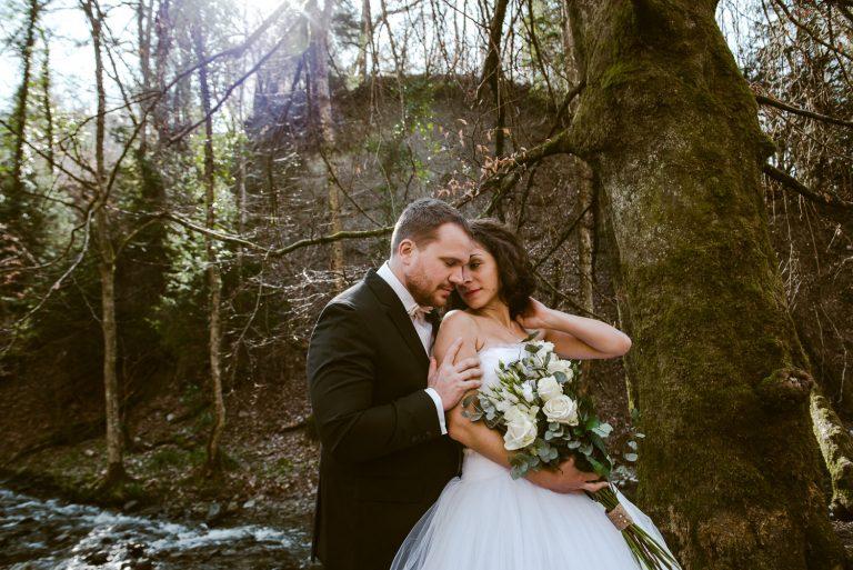Couple amoureux dans les bois maries