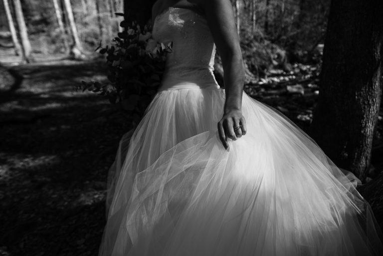 Mariée tournant avec sa robe noir et blanc