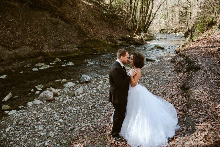 Mariés au bord d'une rivière