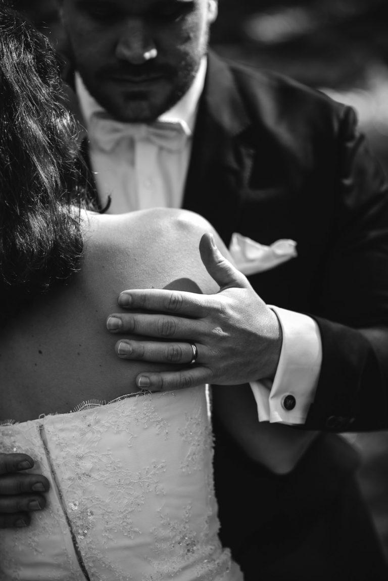 Main et alliance sur le dos d'une mariée