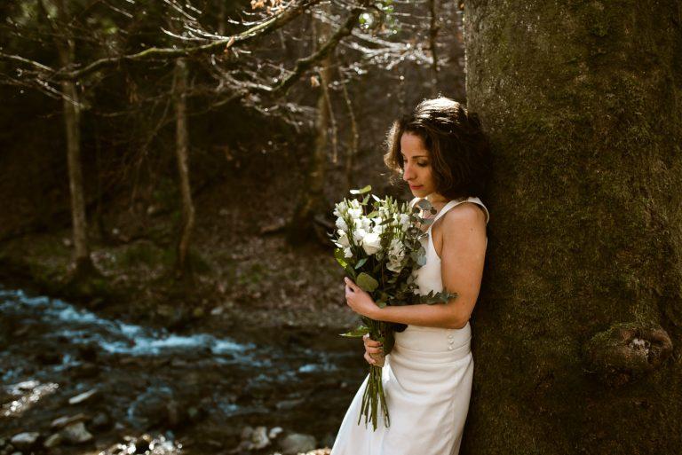 Mariee avec son bouquet dans les bois