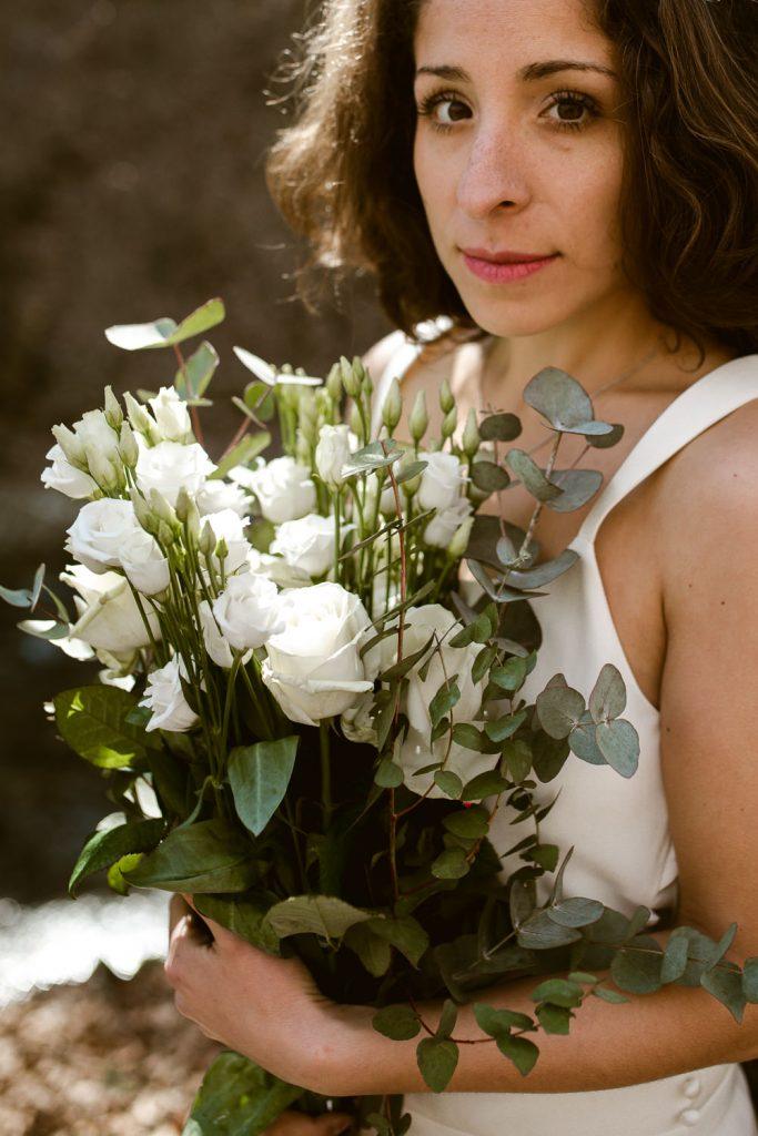 Portrait de mariee avec son bouquet