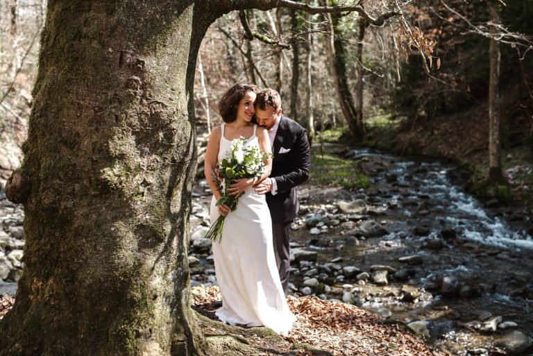 Couple s'enlassant dans les bois maries