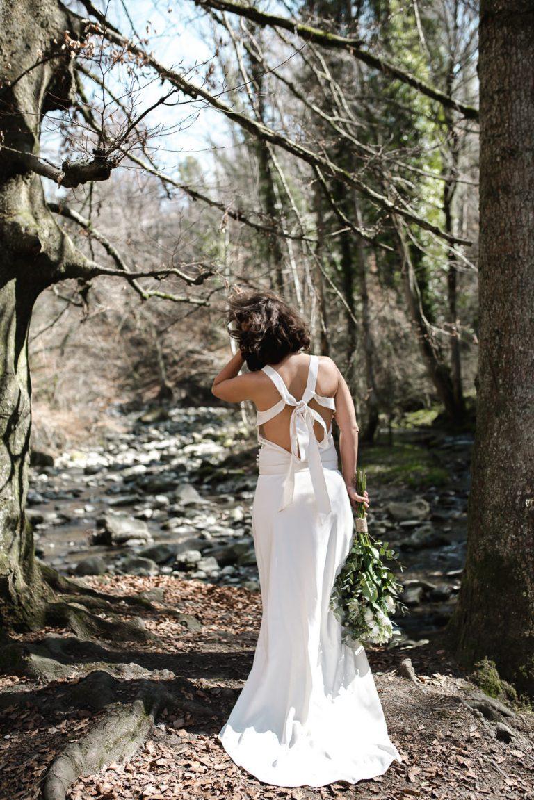 Mariee de dos dans les bois
