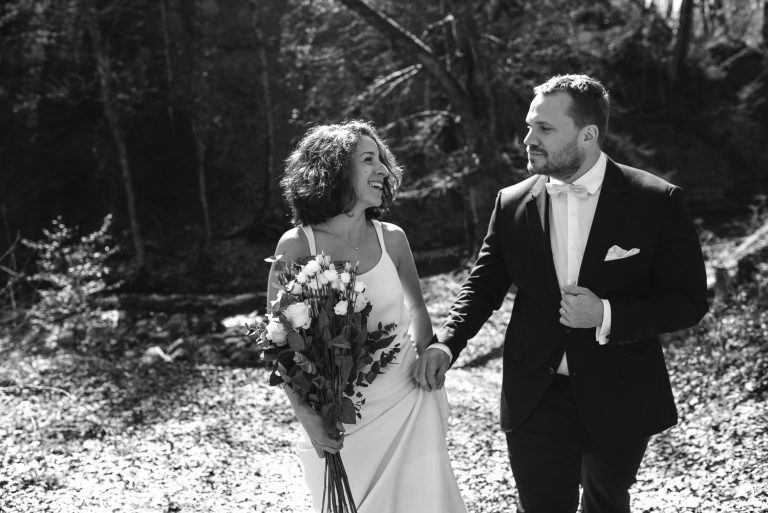Jeunes mariés marchant main dans la main noir et blanc