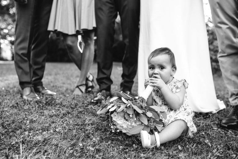 Bébé mangeant le bouquet de la mariée