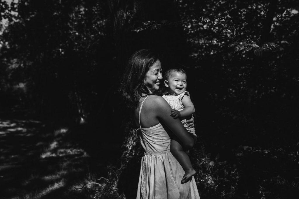 Maman tenant son bébé dans ses bras noir et blanc