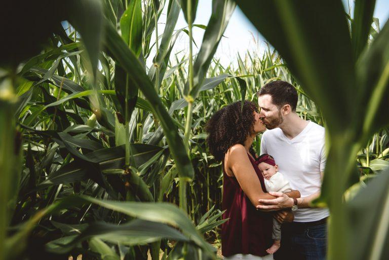 Famille dans un champ de maïs