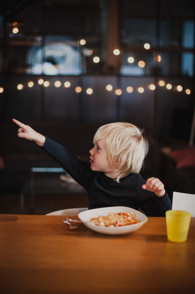 Enfant montrant du doigt