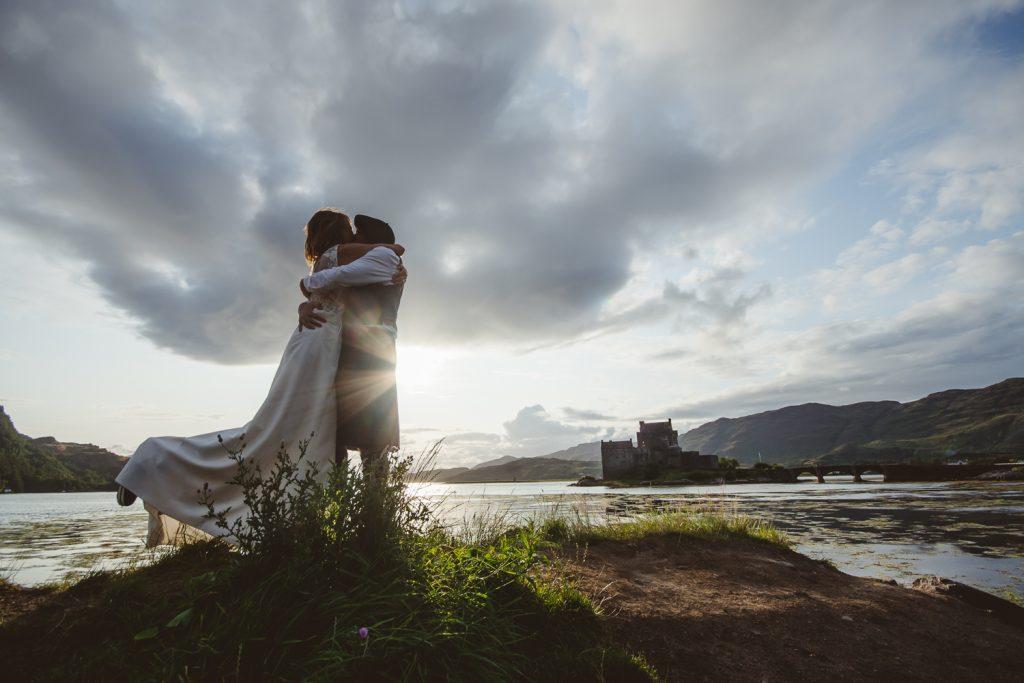 Couple remettant leurs habits de mariage en Ecosse