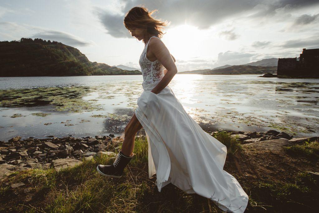 Mariée en robe devant un Loch en Ecosse Home