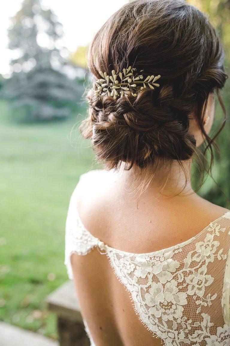 Mariée de dos montrant sa robe et sa pince à cheveux