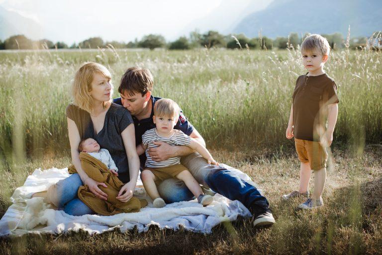 Famille avec un nouveau né dans les bras