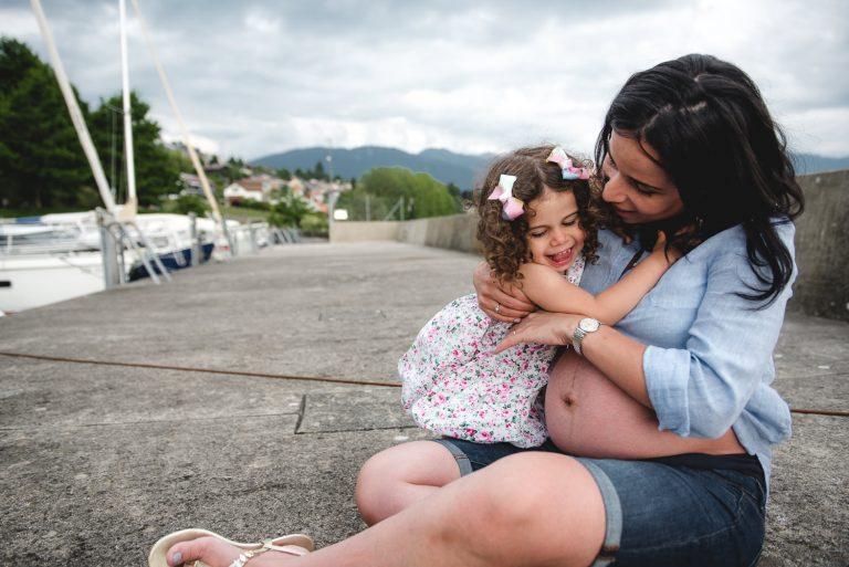Femme enceinte et sa fille dans un port