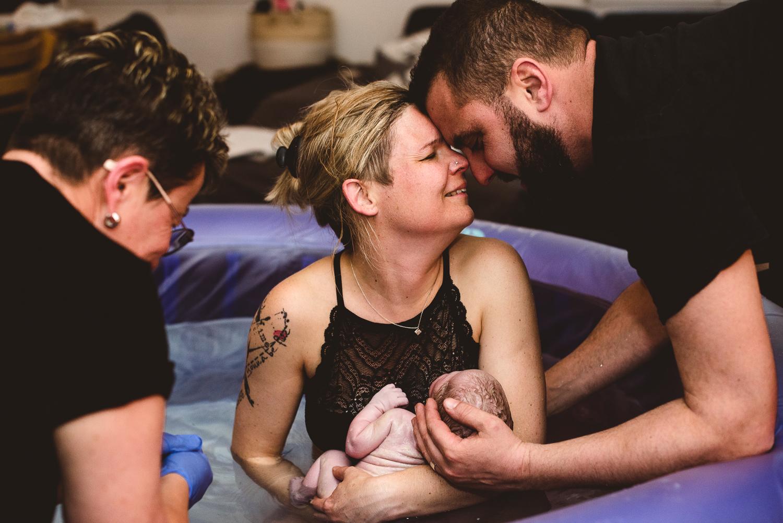 Femme venant de mettre au monde un bébé dans l'eau