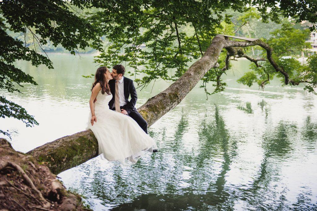 Couple assis sur un arbre au dessus du Rhin