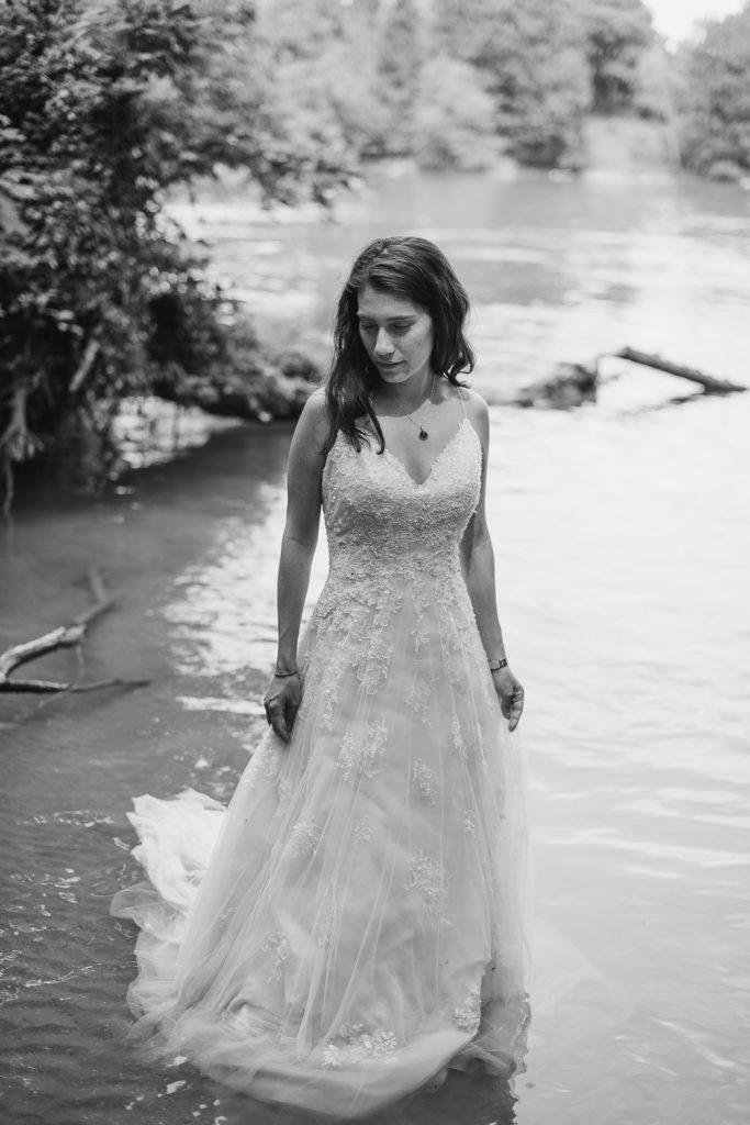 Mariée dans l'eau avec les cheveux détachés noir et blanc