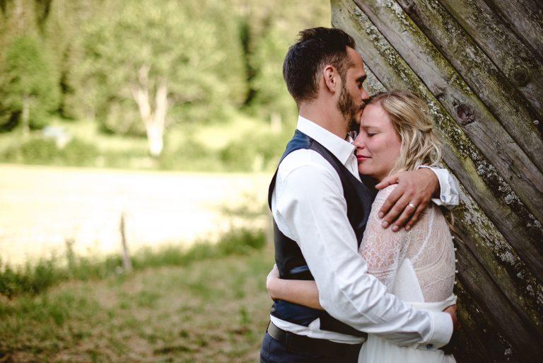 Couple enlacé à son mariage