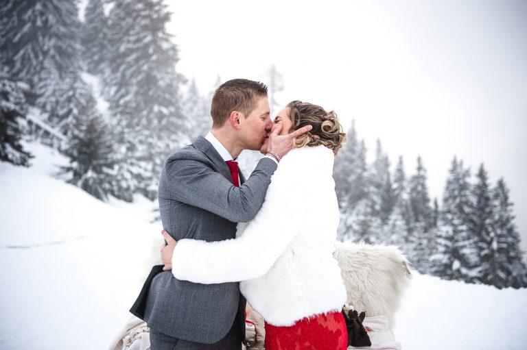 Couple de mariés ayant dit oui