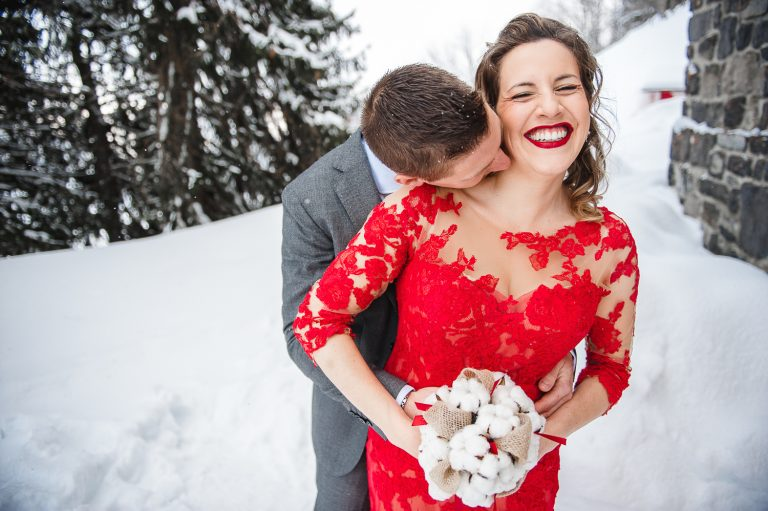 Couple avec mariée en rouge