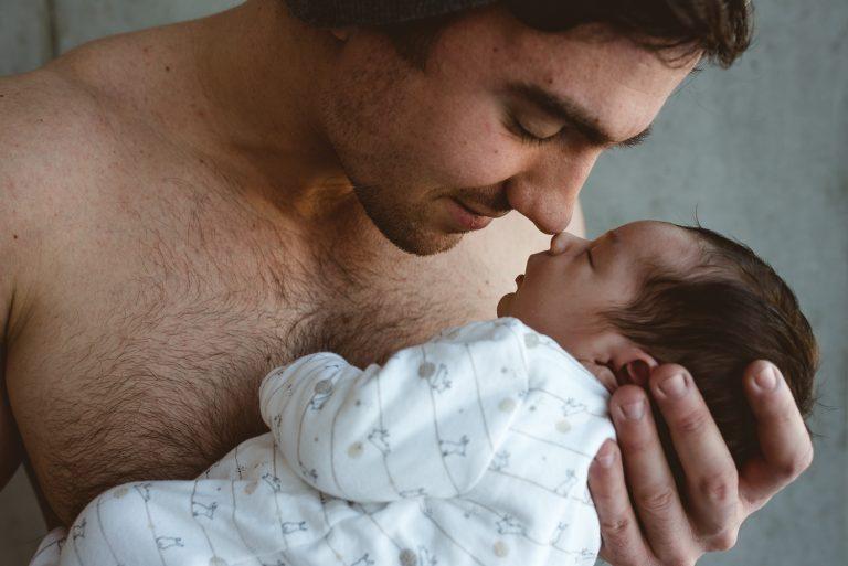 Papa embrassant son nouveau-né