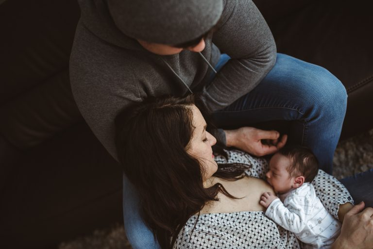 Maman allaitant son nouveau-né