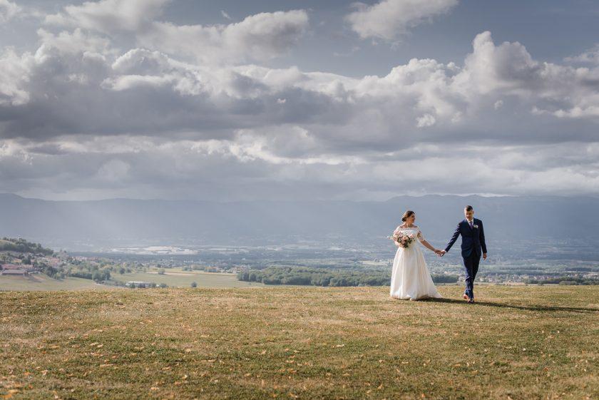 Couple de jeune mariés marchant main dans la main