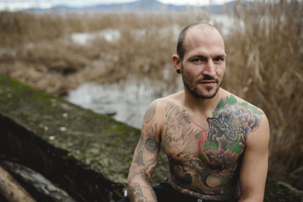 futur papa tatoué portrait nature