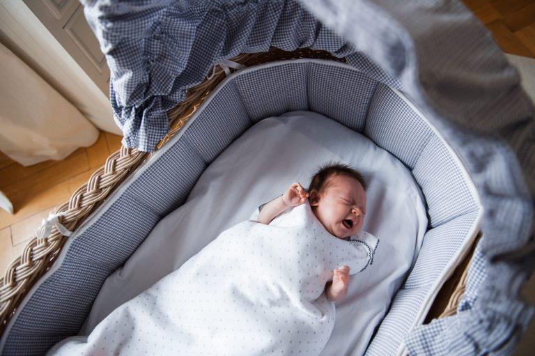 Bébé pleurant dans son couffin