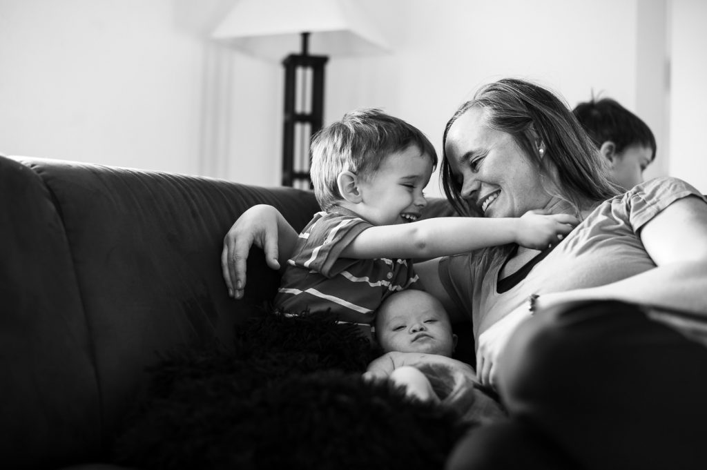 Maman avec ses fils dans les bras