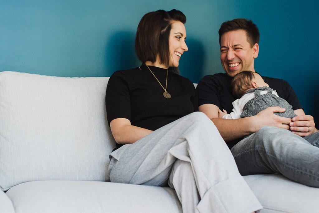Fou rire de parents tenant leur nouveau-né dans les bras
