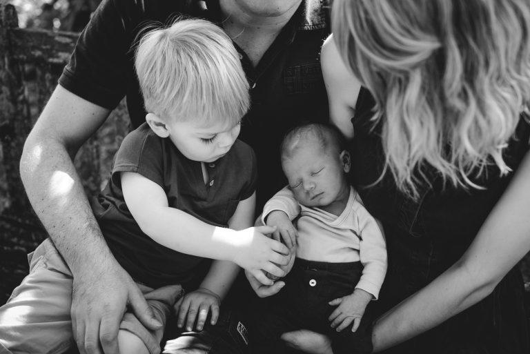 Famille autour d'un nouveau-ne