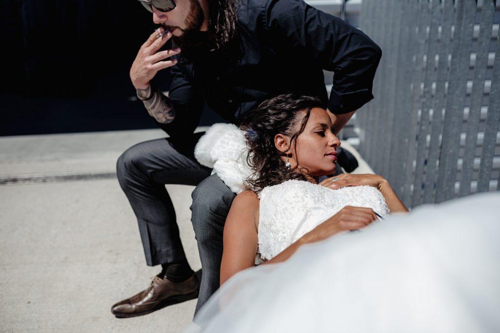 Mariée couchée sur la genoux de son futur mari